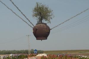 Na entrada de uma cidade, vaso de barro, plantado uma bela oliveira.